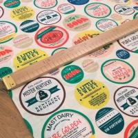 Bavlnená látka - Odznaky I - cena za 10 centimetrov