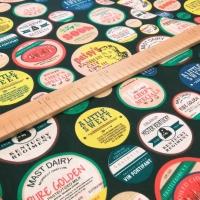 Bavlnená látka - Odznaky II - cena za 10 centimetrov
