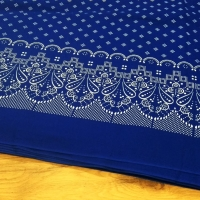 Bavlnená látka - Krajkový motív na kráľovko modrom- cena za 10 centimetrov